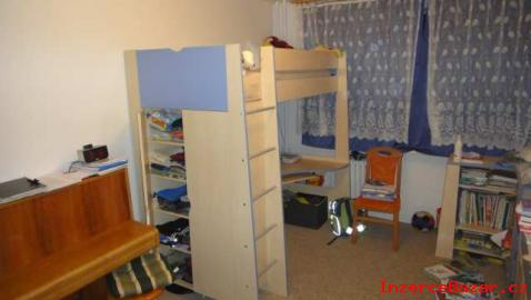 patrová postel se skříní a psacím stolem