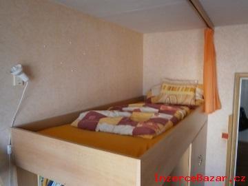 Šatní skříň, skříňka, zásuvky a postel v