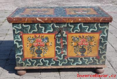 Malovaná dřevěná truhla